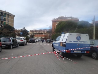 Roma, esecuzione davanti all'asilo nido: lascia le figlie e gli sparano in testa. Caccia al commando