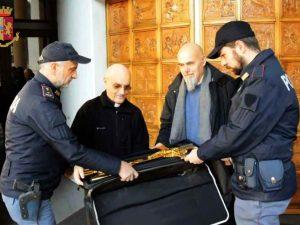 I poliziotti riconsegnano il crocefisso alla parrocchia di San Clemente – foto Polizia di Stato