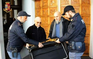 Roma, poliziotti in bici trovano un crocefisso dorato rubato e lo riconsegnano al parroco