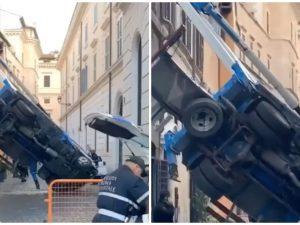 Il camion gru ribaltatosi in via della Barchetta