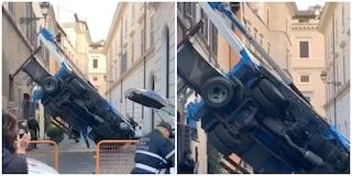 Camion gru si ribalta in un vicolo del centro storico: illeso operaio a lavoro