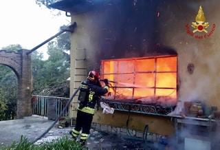 Capannelle, esplosione e incendio in una villetta: feriti marito e moglie. Disperso il cagnolino
