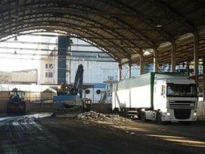 Il capannone di Ponte Malone utilizzato per la trasferenza dei rifiuti (Foto dal profilo Facebook dell'assessore Giacomo Giujusa)