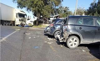 Incidente su via Laurentina: tir si schianta contro 4 auto in sosta e perde gasolio