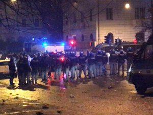 Le tensioni tra tifosi e polizia (Foto Francesco Pietrella via Twitter)