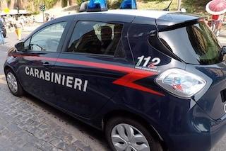 Roma, deriso e preso in giro sul bus minaccia banda di bulli con un coltello: denunciato 64enne
