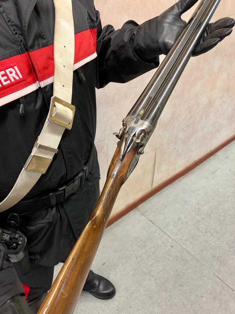 Il fucile utilizzato dall'uomo e sequestrato dai carabinieri.
