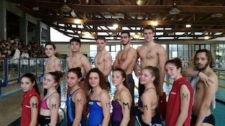"""""""M come Manuel"""", nuotatori di tutta Italia in piscina con una M disegnata sul braccio"""