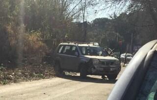 Incidente stradale su via della Magliana a Roma, suv invade la pista ciclabile: due feriti