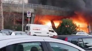 Roma, incendio tra le baracche: una donna ustionata
