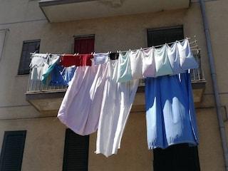"""Roma: """"Vietato stendere i panni alla finestra"""". Gli effetti grotteschi dell'ossessione per il decoro"""
