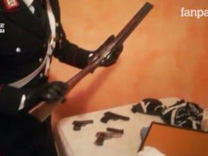 Le armi trovate dai carabinieri nella villetta di Bracciano, covo di rapinatori