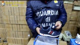 Marchi fasulli di Nike, Adidas, Gucci: smantellata fabbrica di capi d'abbigliamento falsi