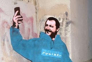 A Roma è comparsa una sagoma di Salvini con la divisa da poliziotto e pistole finte
