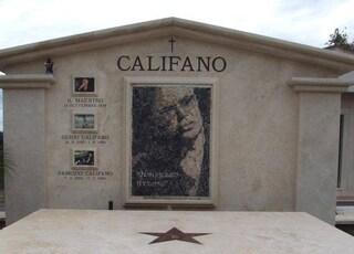 """Franco Califano ha sfidato anche la morte. L'epitaffio sulla tomba: """"Non escludo il ritorno"""""""