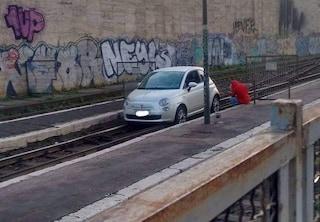 Stazione Termini: una Fiat 500 finisce parcheggiata sulle rotaie del trenino