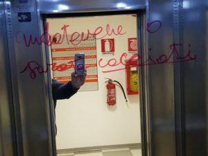 La scritta apparsa oggi su un ascensore dell'assessorato alla Mobilità del Comune di Roma