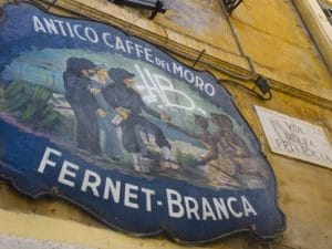La storica insegna del Caffè del Moro, che dà il nome alla celebre via di Trastevere, a Roma.
