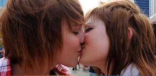 Due ragazze si baciano in un bar e vengono buttate fuori: la denuncia