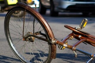 Roma, incidente stradale a Tor Vergata, auto investe un ciclista: morto un72enne