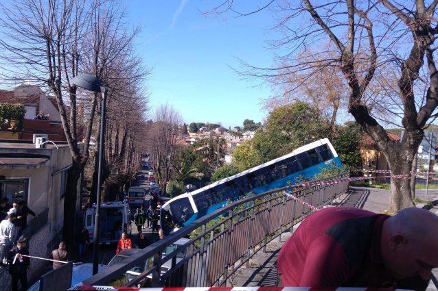 Un bus Cotral finito in una scarpata a Grottaferrata