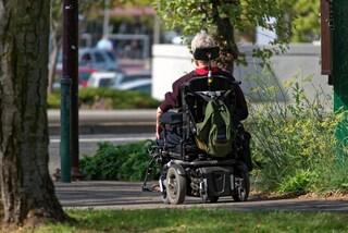 """Latina, rubano carrozzina a persona affetta da disabilità: """"Gesto infame, così non può muoversi"""""""