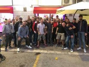 """Il gruppo ultras """"Roma"""" davanti al bar H501 (Da Facebook)"""