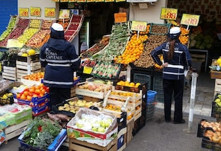 Roma, sequestrate due tonnellate di frutta e verdura vendute abusivamente: andranno in beneficenza