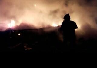Vasto incendio nel campo nomadi di Castel Romano: bruciano rifiuti, aria irrespirabile