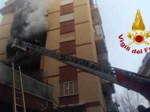 I vigili del fuoco impegnati nelle operazioni di spegnimento