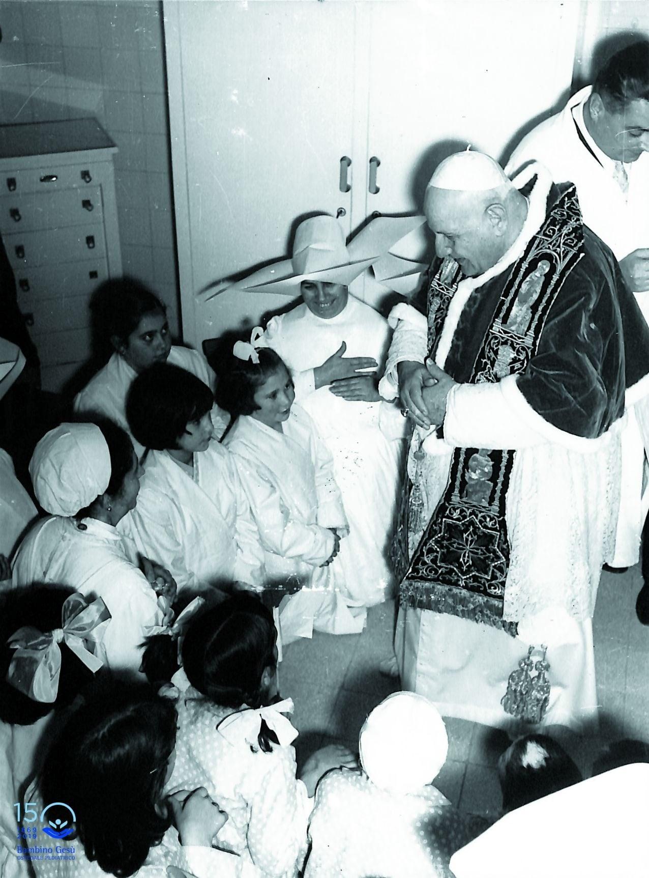Papa Giovanni XXIII visita il Bambino Gesù
