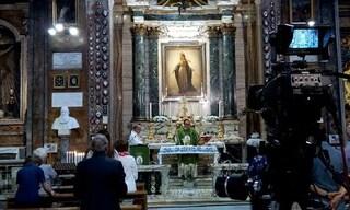 """Roma, interrompe la messa in diretta tv urlando """"sono Dio"""""""