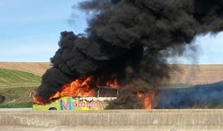 Pullman in fiamme sull'autostrada A1: 40 studenti fuggono nei campi
