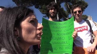 """Virginia Raggi contestata dagli studenti in piazza: """"Sei qui per farti campagna elettorale"""""""