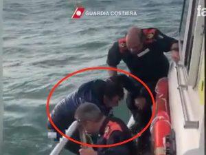 Il salvataggio da parte degli uomini della Guardia Costiera di Fiumicino
