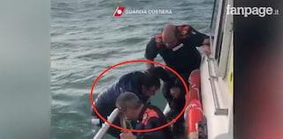 """La barca sta per affondare, la telefonata alla Capitaneria è drammatica: """"Sto affogando"""""""