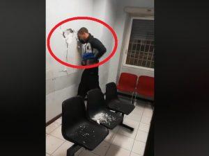 Roma, sfonda la parete del commissariato a testate