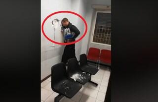 """Roma, sfonda la parete del commissariato a testate: """"Me state a sequestrà"""""""