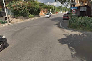 Roma, incidente stradale a Tor Marancia tra moto e auto: centauro in gravi condizioni