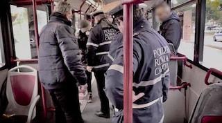 Vigili urbani sugli autobus con i controllori Atac: boom di multe a Roma