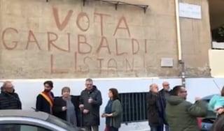 Roma, ripristinata la scritta 'Vota Garibaldi' alla Garbatella