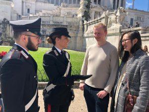 Gli rubano bagagli e fedi nuziali: i carabinieri salvano la luna di miele di due sposini inglesi