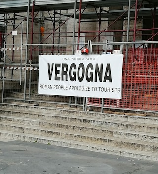 """Metro Roma, stazione Repubblica chiusa da 5 mesi: rimossi i cartelli con scritto """"Vergogna"""""""