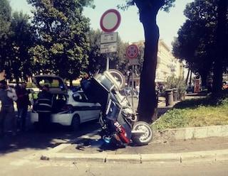 Moto dei carabinieri si scontra con un'auto e si ribalta contro un palo