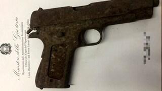 Detenuti giardinieri trovano una pistola in un'aiuola dell'Eur e la consegnano alla polizia