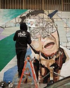 Piskv mentre realizza il murales dedicato a Verdone – Foto Facebook