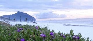 Grandina e la spiaggia di Sabaudia diventa bianca: lo spettacolo mozza il fiato