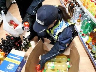 Ordinanza Raggi, altra stretta su movida a Roma: chiusi dalle 21 i minimarket che vendono alcolici