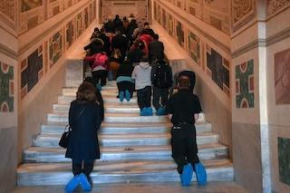 Roma, primo giorno di apertura della Scala Santa: i fedeli salgono i gradini in ginocchio