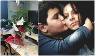 Bimbo morto sulla Colombo a Roma: un fiore bianco sul banco di scuola per ricordare Antonio